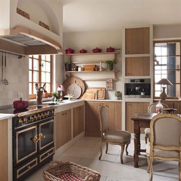 Cuisine avec meubles façon vieux bois. Tables et chaise anciennes
