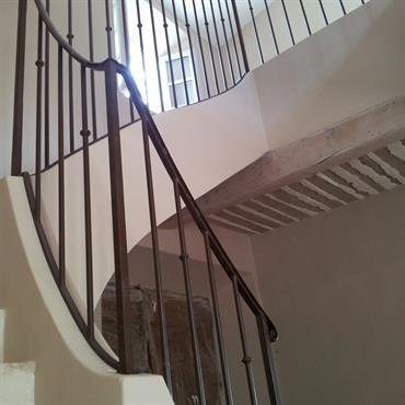 Escalier avec garde corps en métal