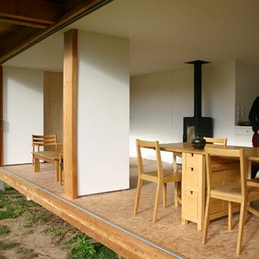 La cloison coulissante permet d'ouvrir la pièce complètement sur le jardin, et de supprimer les limites intérieures / extérieures