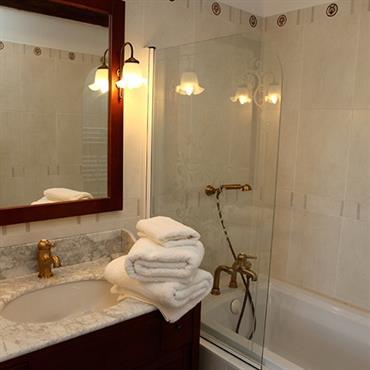 Salle de bain classique et chic aux tons doux