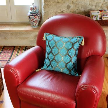 A la recherche d'un coussin original pour votre salon ? Envie de turquoise pour égayer votre déco ? Vous aimerez le coussin Mysia et son style oriental.