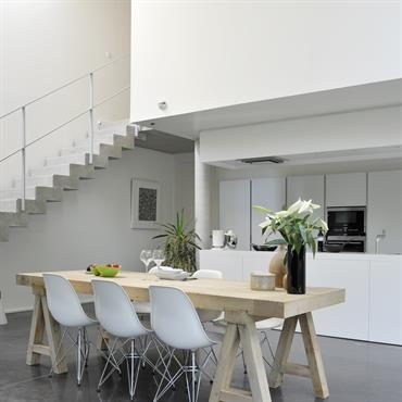Séjour en double hauteur avec vue sur la cuisine