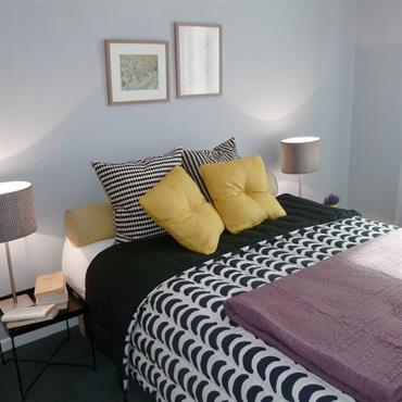 Chambre bleu gris décoré avec des accessoires à motifs dynamique et élégant