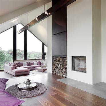 Salon lumineux sous les combles, avec touches de violet