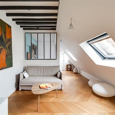 Verrière et velux illuminent le coin salon. Can you guess what make this living room unique ? The perfect match between architecture and decoration ! ??
