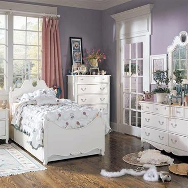 Chambre romantique avec murs bleus et mobilier en bois blanc.