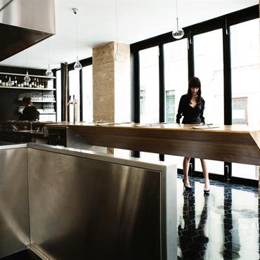 Long comptoir design en bois en porte à faux