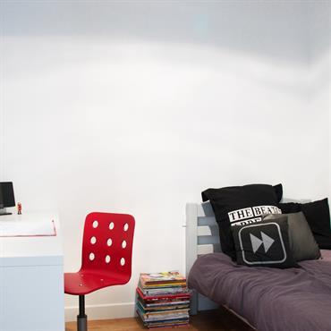 Chambre d'adolescent moderne avec papier peint imprimé graphique gris