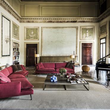 Salon italien avec grands canapés rouges