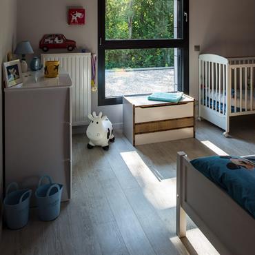 Chambre d'enfant classique dans une villa contemporaine haut de gamme
