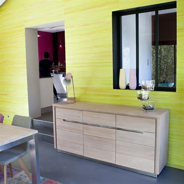 Mur jaune dans la salle à manger
