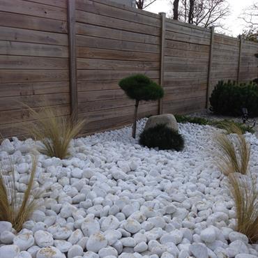 Jardin paysagé moderne avec galets et conifères nains