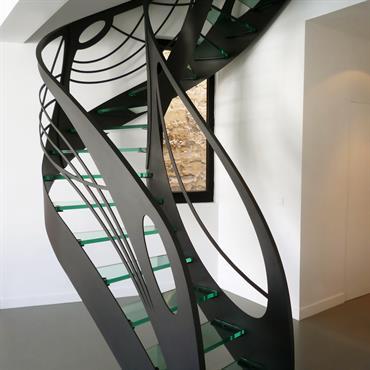 Cet escalier design débillardé en verre de style Art Nouveau est une création originale de Jean Luc Chevallier pour La Stylique.