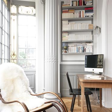 Mobilier de bureau moderne dans un intérieur à colonnades