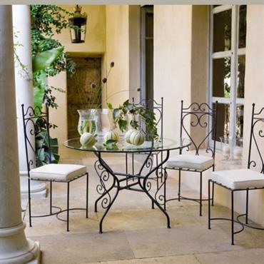 Avec la chaise en fer forgé Toscane, c'est le soleil de l'Italie qui s'invite dans votre intérieur. Cette chaise de table deviendra selon votre fantaisie et vos besoins, une chaise ...