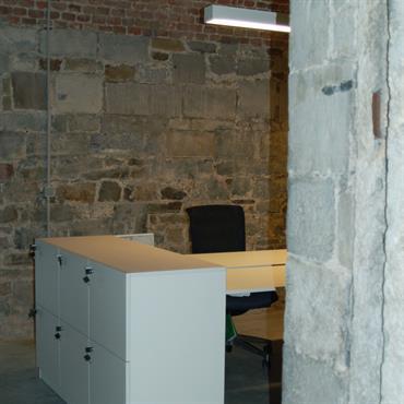 Bureau blanc contemporain dans un intérieur en pierre