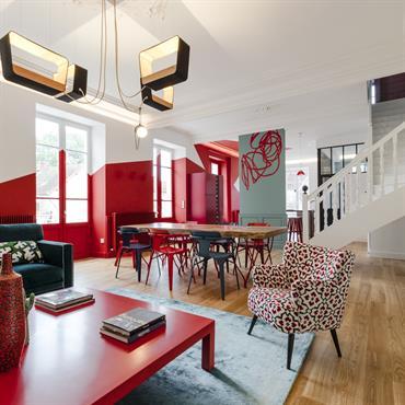 On ose le mélange de style et la géométrie murale dans ce loft contemporain