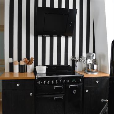 Une cuisine mise en scène dans un écrin de rayure.