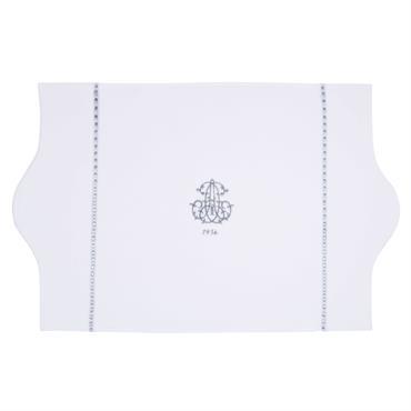 Confectionné en coton, le tapis de bain SIÈCLE se révèlera très confortable et doux, idéal pour garder vos pieds au sec à la sortie de la douche. Brodé d'un monogramme, ...