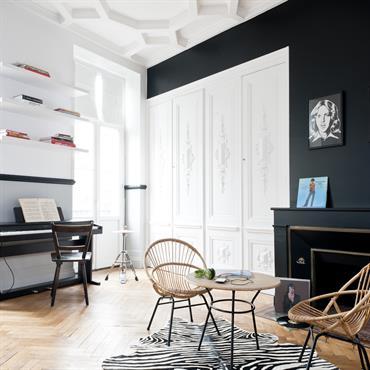 Salle de jeux avec piano. Noir et blanc élégant, mobilier moderne.