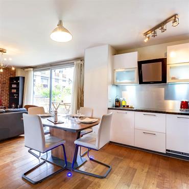 Espace cuisine, salle à manger et salon