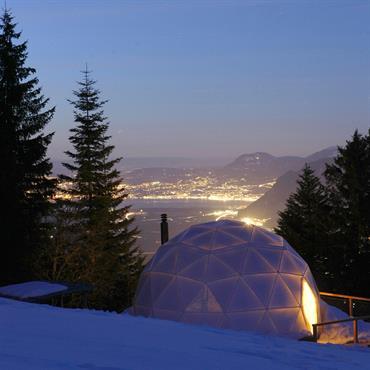 Plateforme avec maisons bulles design - Igloos contemporains - De nuit