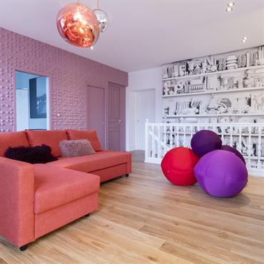 Les murs sont nos terrains de jeux : papier peint imprimé en noir et blanc ou papier peint en volume trompe l'oeil apportent l'originalité de cette pièce