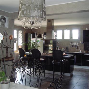 Le plan a été conçu de façon à ce que la cuisine donne sur la salle à manger sans pour autant être visible depuis le salon.