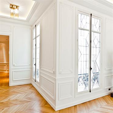 Entrée de l'appartement haussmannien avec vitraux réalisés sur mesure aux fenêtres
