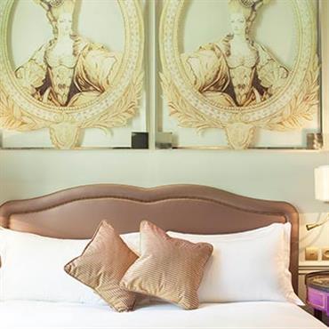 Chambre avec double portrait style Marie-Antoinette