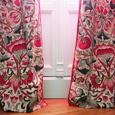 Touche originale avec ces rideaux imprimés rouges