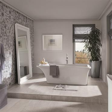Faïence à motif et parquet gris pour une salle de bain élégante en nuances de gris