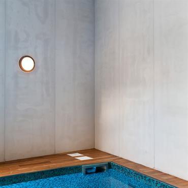 Habillage mural en Panbeton® Classique d'un espace de piscine intérieure à Paris.  Produit : Panbeton® classique Finition/couleur : 200  Crédits photographiques : Julian Renard