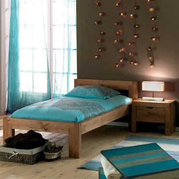 Meubles pin massif ciré - Réalisé en vieux bois dans cette chambre marron et turquoise