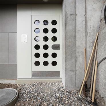 Porte d'entrée sur façade en béton