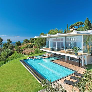Villa sur pilotis avec piscine en dessous