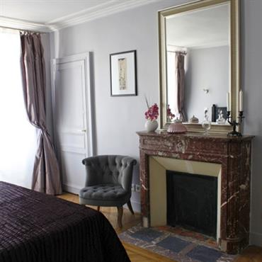 Chambre blanche et violet foncé