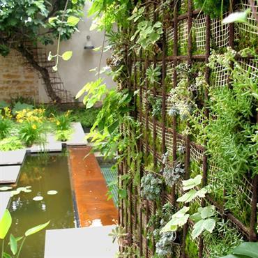 Jardin moderne paysagé mélangeant les éléments végétaux, bois, eau, pierre, métal. Architecte(s) paysagiste(s): AGENCE PAYSAGE MENARD Entreprise(s) du paysage:  PASCAL BOURRIQUAND