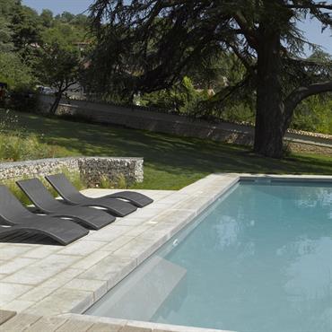 Création d'une zone de baignade contemporaine dans un jardin ancien.