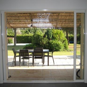 Terrasse semi ombrée / ensoleillée  sous pergola