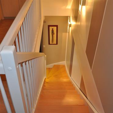 Escalier avec garde du corps en bois