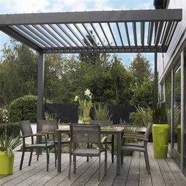 Couverture de terrasse à lames orientables qui prolonge le toit