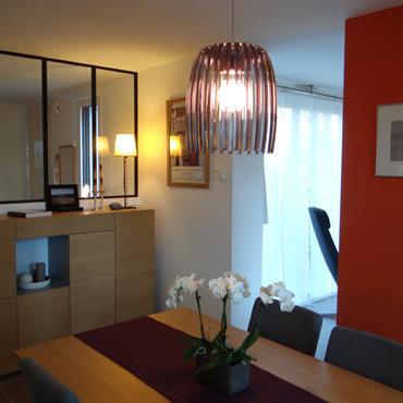 Salle à manger moderne, mobilier en bois, mur orange