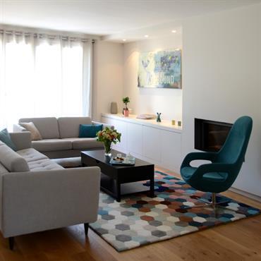Salon gris avec touches de bleu et marron