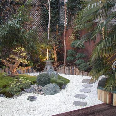 La création de ce jardin encaissé de 110 m² nous a donné l'opportunité de mettre en œuvre des végétaux d'ombre et de jouer sur l'association des minéraux et des cannes ...