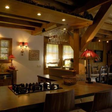 Cuisine avec salle à manger. Les murs sont en bois de tons naturels.