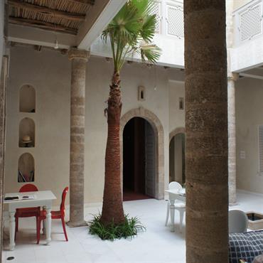 Réalisation: chaques pierres numérotées ont été remontées une à une pour reconstituer les piliers et les encadrements sur des ouvertures conservées...Plafond en tatan...murs tadelakt, sol en marbre de tassos (?je ...