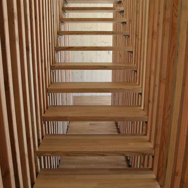 Escalier graphique par le garde-corps claustras