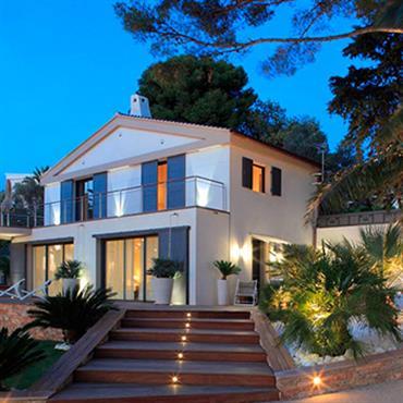 Villa blanche avec balcon et terrasse