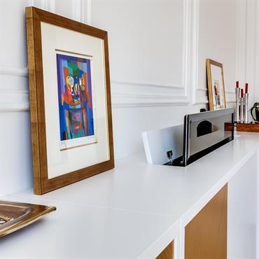 Le téléviseur est masqué dans le meuble. Un système télécommandable permet de le sortir.